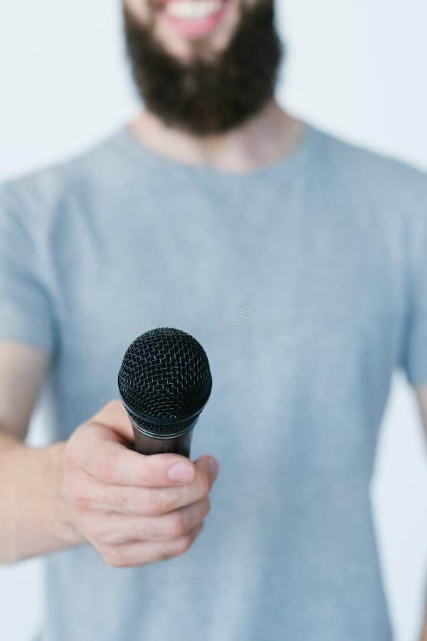 Интервью mic владением репортера публицистики средств массовой информации стоковые фото
