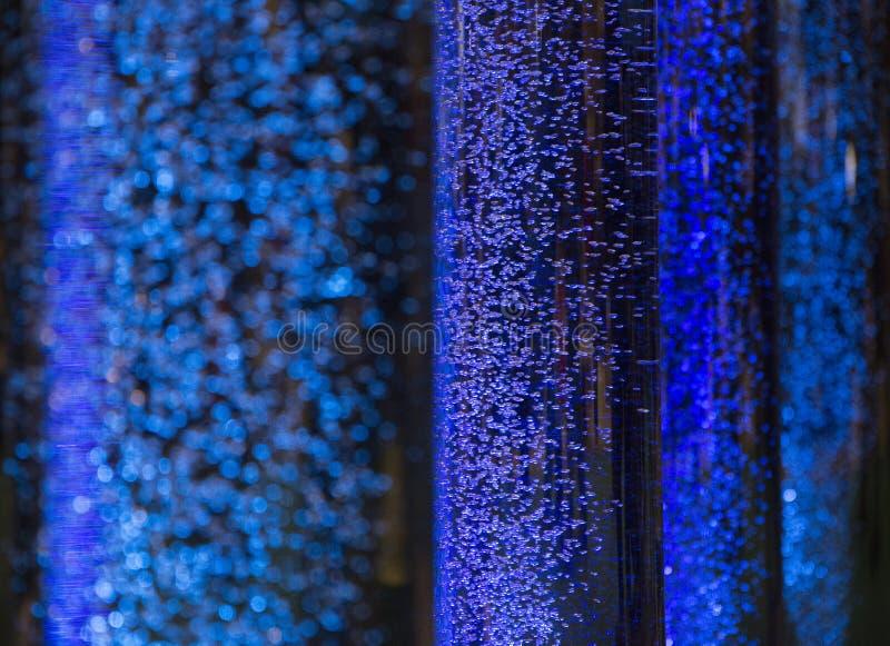 Интересная атмосфера при голубые пузыри плавая настроение bokeh как стоковые изображения