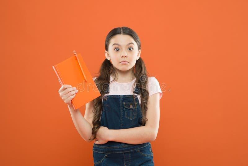 Интересная литература i Уход за детьми и счастливое детство Исследование в школе Чтение хобби стоковые изображения rf