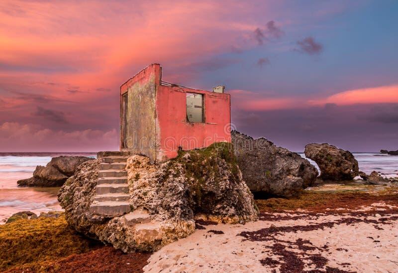 Интересное загубленное здание na górze утесов на побережье стоковое фото
