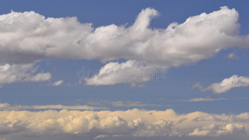 Интересные облака стоковое изображение