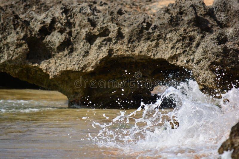 Интересные утесы с волнами в Гаваи стоковое фото rf