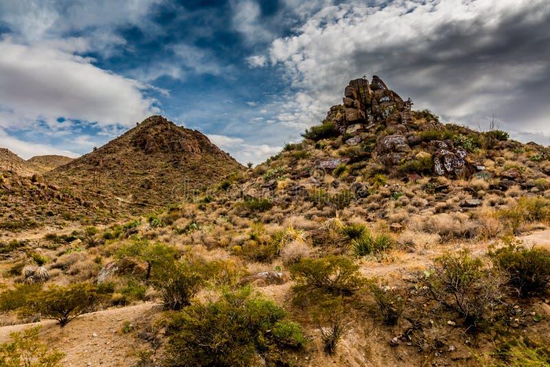 Интересный западный ландшафт Техаса района пустыни с скалистыми холмами и граффити стоковая фотография