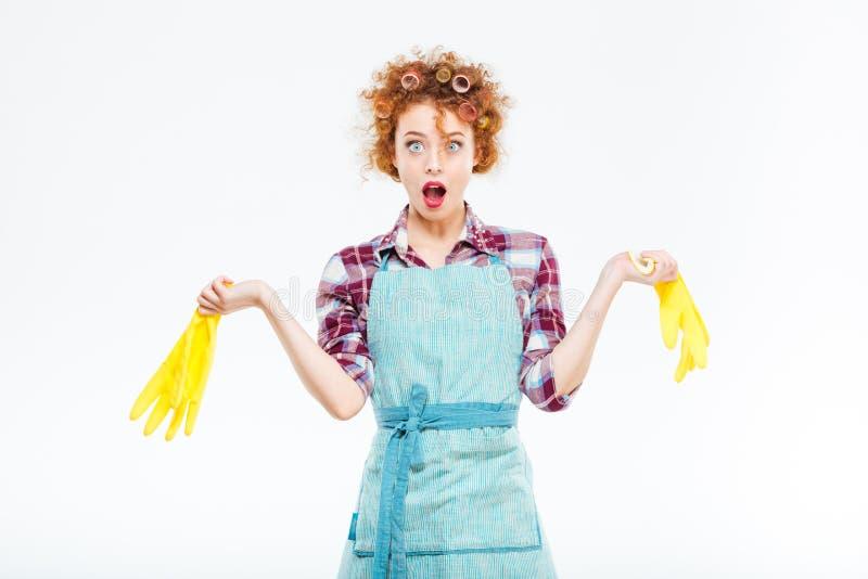 Интересуют домохозяйка держа желтые перчатки в обеих руках стоковые фотографии rf