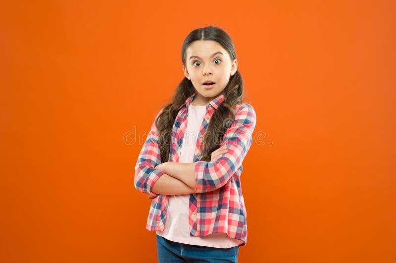 Интересуя изо дня в день Всесторонняя личность воспитания r Предпосылка стойки ребенка девушки оранжевая Умственно стоковое фото rf