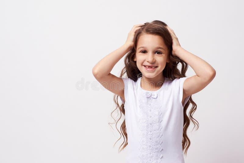 интерес красивейшая девушка немногая Белая предпосылка стоковое фото rf