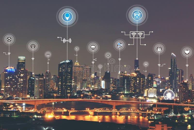 Интернет вещей IoT, умного города с умными обслуживаниями и значком или hologram, обслуживанием коммуникационной сети и концепцие стоковое фото