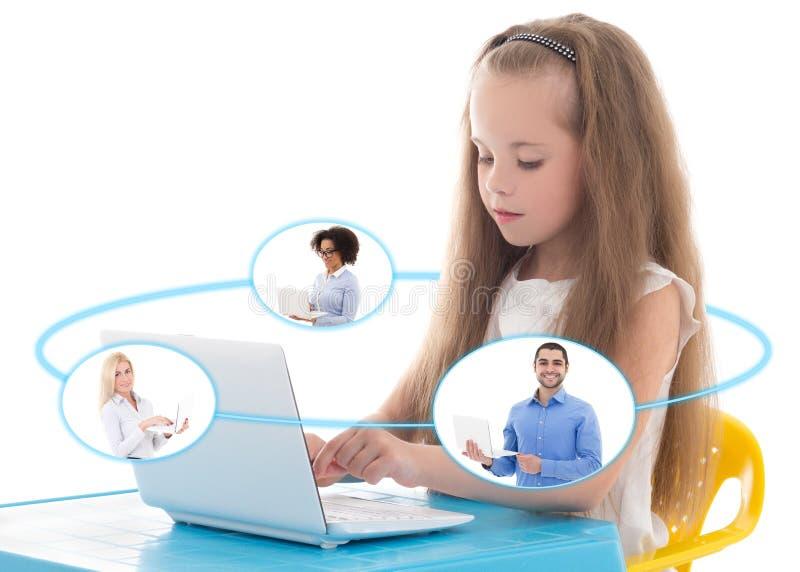 Интернет и дети - смешная маленькая девочка используя компьтер-книжку и говорящ w стоковая фотография rf