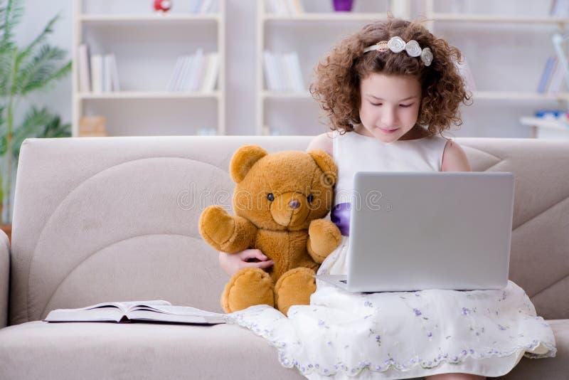 Интернет маленькой девочки занимаясь серфингом на компьтер-книжке стоковое изображение rf