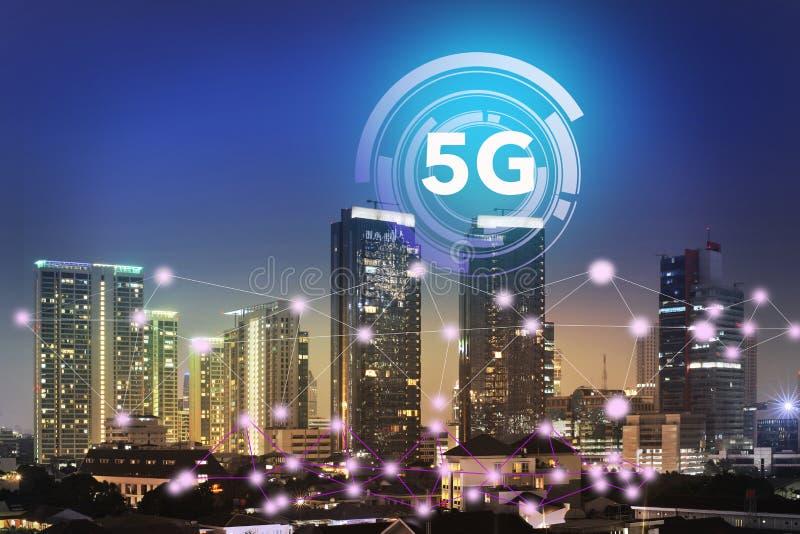 Интернет на системе технологии 5G на организациях бизнеса и небоскребах как деловый центр города  стоковое изображение