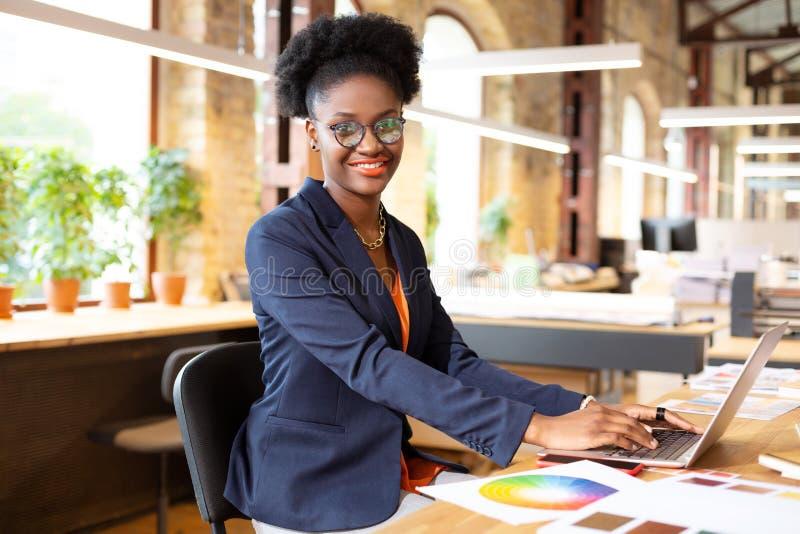 Интерфейсный дизайнер, улыбающийся при вводе электронной почты для клиента стоковые фотографии rf