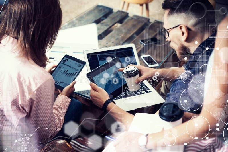 Интерфейс диаграммы значка глобального соединения виртуальный выходя Reserch вышед на рынок на рынок Молодая команда бизнесмена а стоковые изображения rf