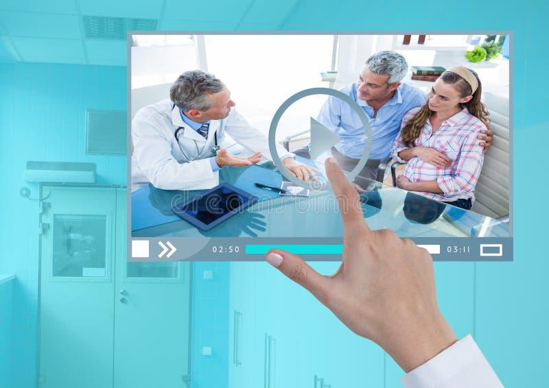 Интерфейс App видео-плейер врача руки касающий стоковое изображение rf