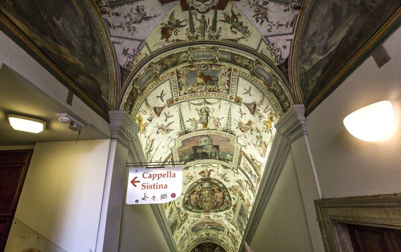 Интерьеры комнат Raphael, музея Ватикана, Ватикана стоковые фотографии rf