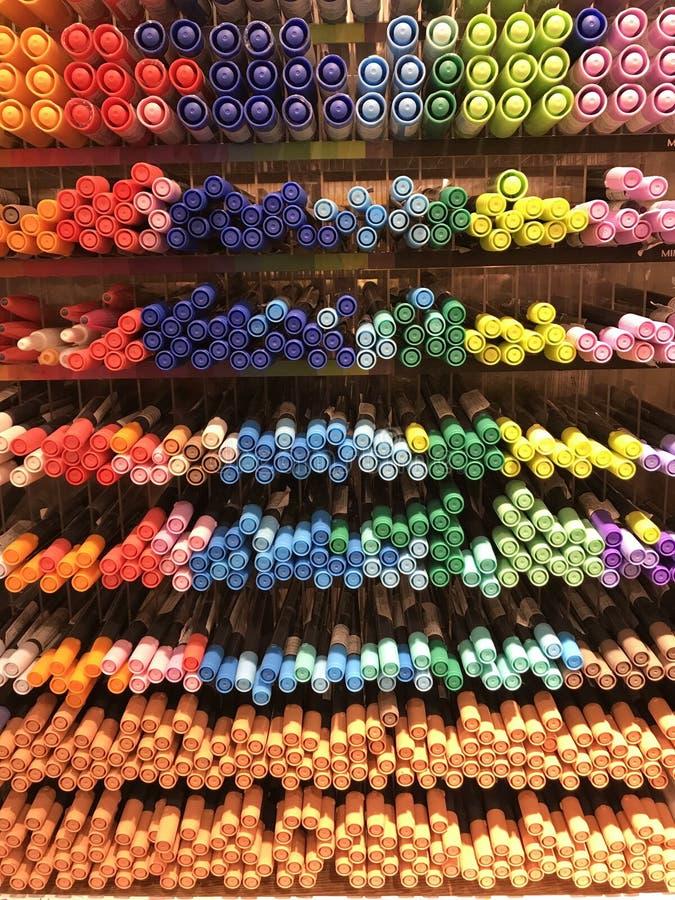 Интерьеры магазина Miniso - канцелярские принадлежности и ручки стоковое изображение