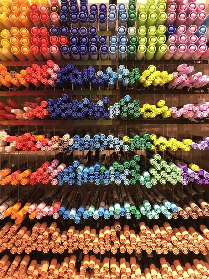 Интерьеры магазина Miniso - канцелярские принадлежности и ручки стоковые фото