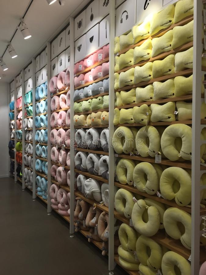 Интерьеры магазина Miniso - подушка поддержки шеи стоковое изображение rf