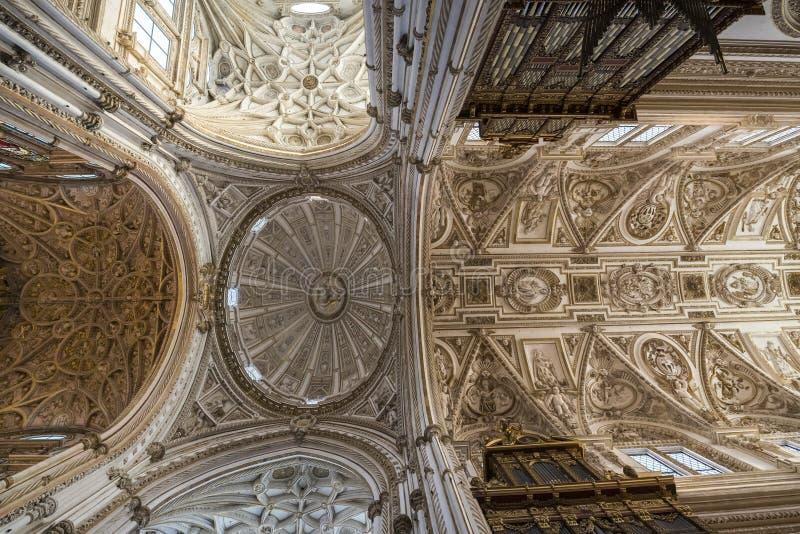 Интерьеры Mezquita в Cordoba стоковые фотографии rf