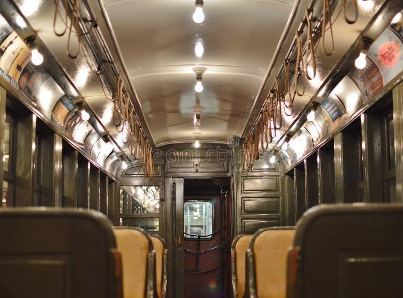 Интерьер вагона метро Нью-Йорка винтажный исторического поезда стоковые изображения