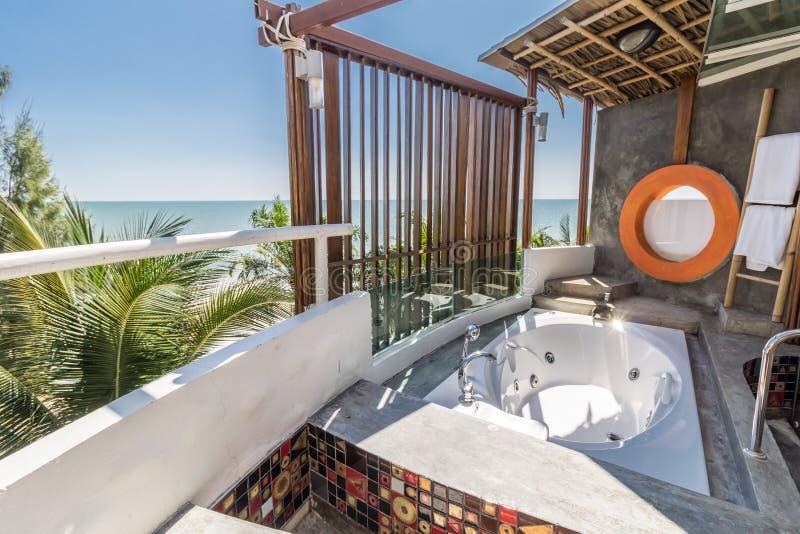 Интерьер ванной комнаты современного дизайна с видом на море стоковые фото