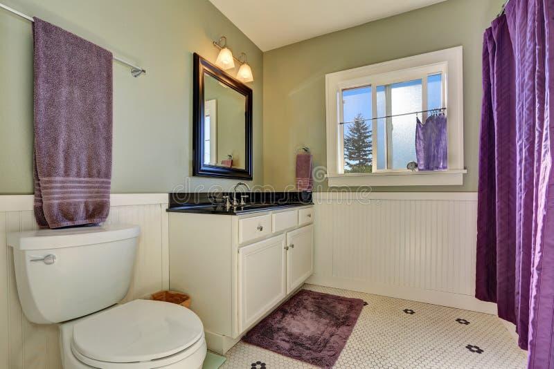 Интерьер ванной комнаты с прованскими стенами и фиолетовым занавесом ливня стоковая фотография