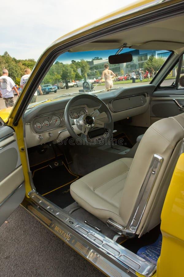 Интерьер взгляда желтого Ford Мустанга стоковые изображения