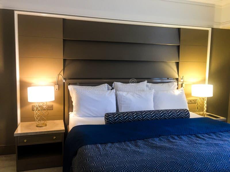 Интерьер взгляда спальни гостиницы стоковое фото rf