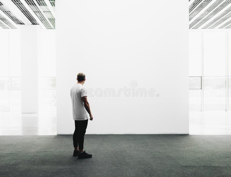 Интерьер галереи открытого пространства с пустым холстом стоковое изображение