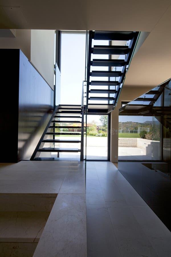 Интерьер дома с самомоднейшими лестницами стоковое изображение rf