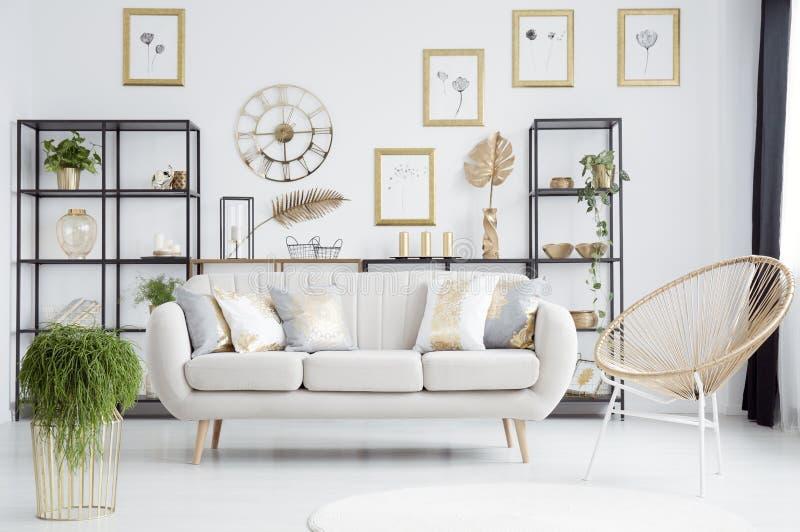 Интерьер живущей комнаты золота иллюстрация вектора