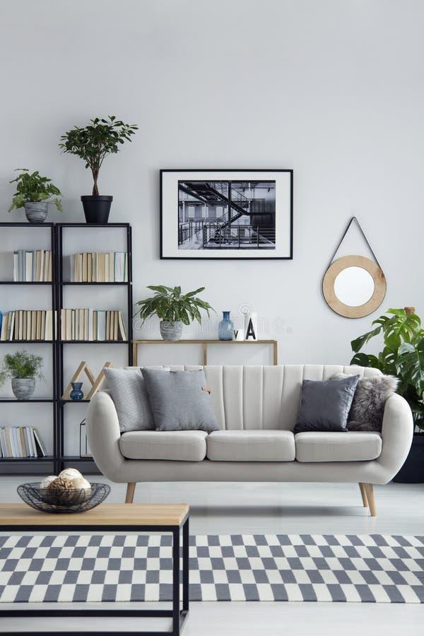 Интерьер живущей комнаты простого дизайна стоковое фото rf