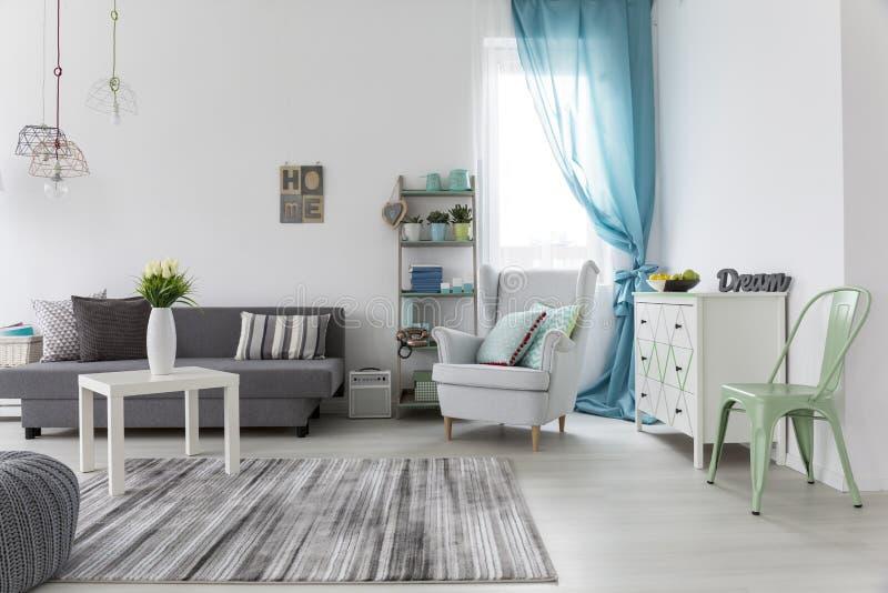 Интерьер живущей комнаты с яркими стенами и полом стоковое фото rf