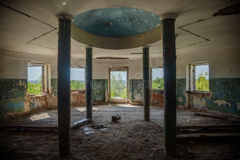 Интерьер загубленный вокруг залы покинутого графа Voeikov особняка, области Пензы стоковое фото