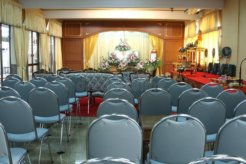 Интерьер залы похоронной церемонии стоковое изображение rf