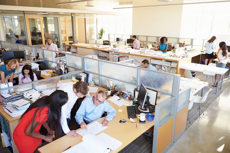 Интерьер занятого современного открытого офиса плана стоковые изображения