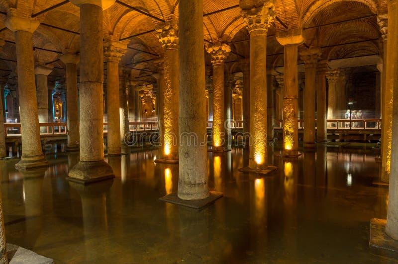 Интерьер исторической достопримечательности цистерны базилики в Стамбуле стоковые изображения