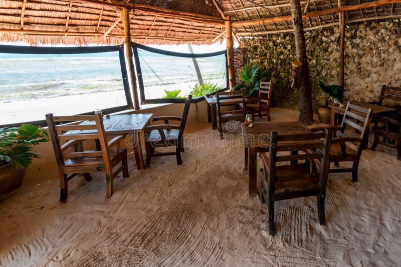 Интерьер кафа пляжа с деревянной мебелью стоковые фотографии rf