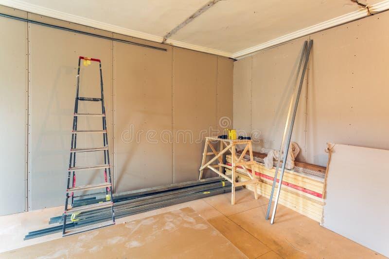 Интерьер квартиры во время конструкции, remodeling, реновации, расширения, восстановления и реконструкции - ladde стоковое фото