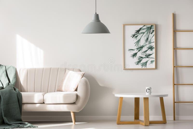 Интерьер квартиры с бежевой софой иллюстрация вектора