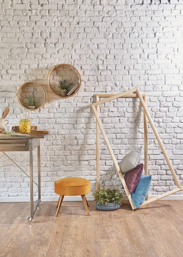 Интерьер кирпичной стены с круглыми рамкой и подушкой стоковое фото