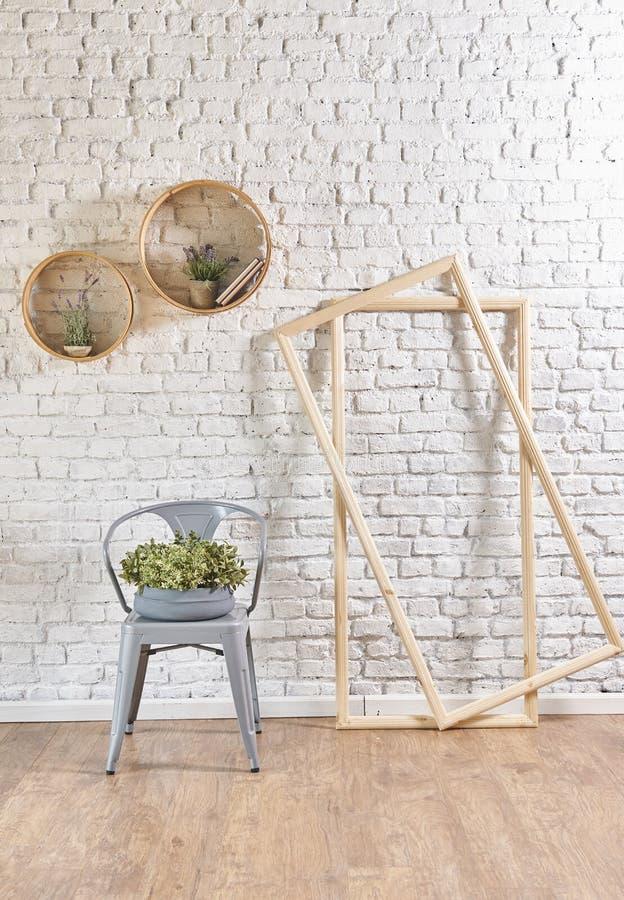 Интерьер кирпичной стены с круглыми рамкой и подушкой стоковое фото rf