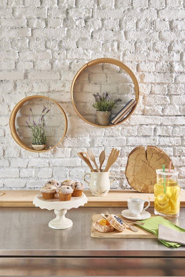 Интерьер кирпичной стены с круглыми рамкой и таблицей стоковая фотография rf