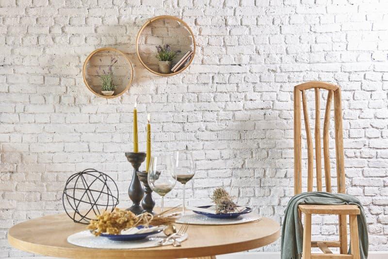 Интерьер кирпичной стены с круглыми рамкой и таблицей стоковое фото rf