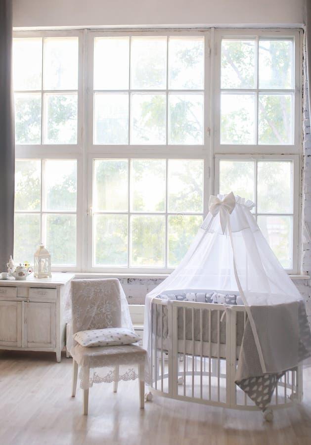 Интерьер комнаты ` s детей, стиль Провансали, овальная кроватка младенца, с сенью, интерьер света, большое красивое окно стоковые изображения rf