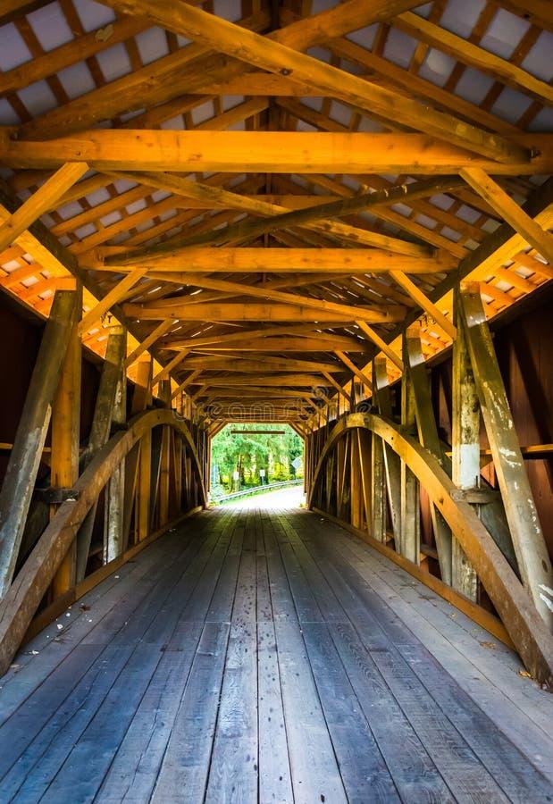 Интерьер крытого моста в сельском Lancaster County, Pennsylv стоковые изображения rf