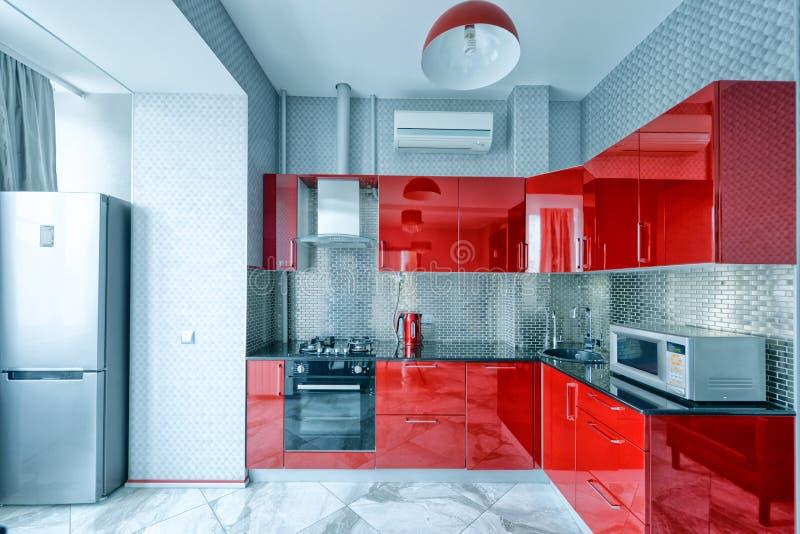 Интерьер кухни в доме красного цвета современном стоковое фото rf