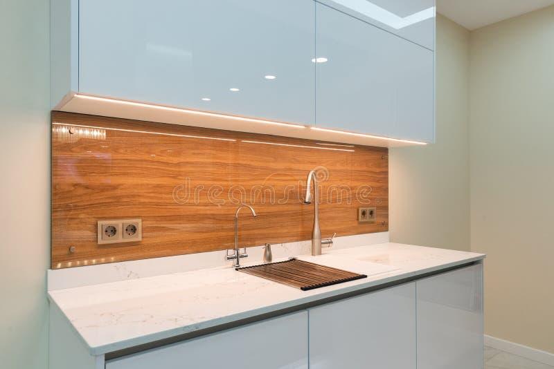 Интерьер кухни в новом роскошном доме стоковое изображение rf