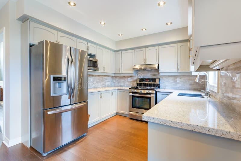 Интерьер кухни в новом роскошном доме стоковые фотографии rf