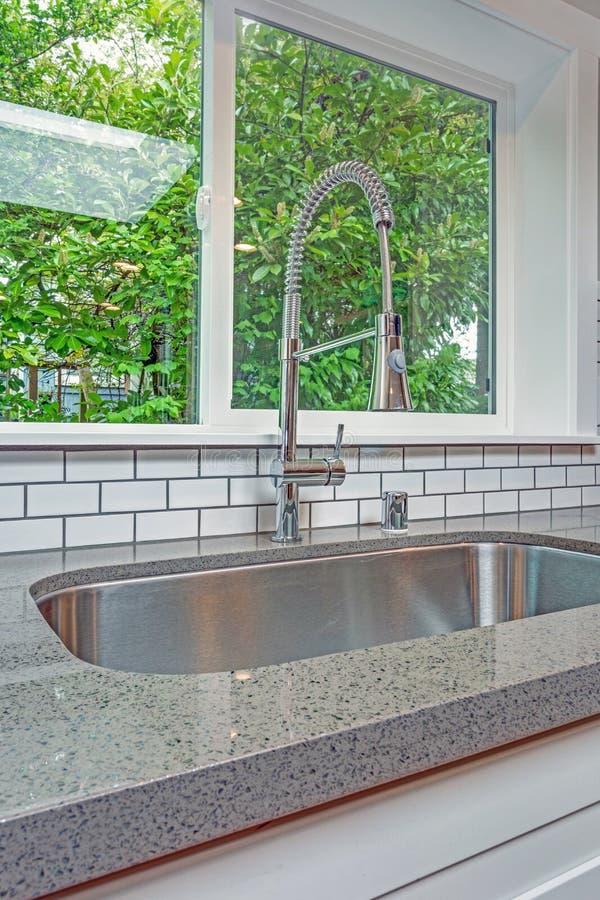 Интерьер кухни с фокусом на раковине undermount стоковая фотография