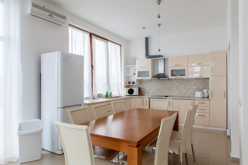 Интерьер кухни с dinning комнатой Внутренняя фотография стоковые фото